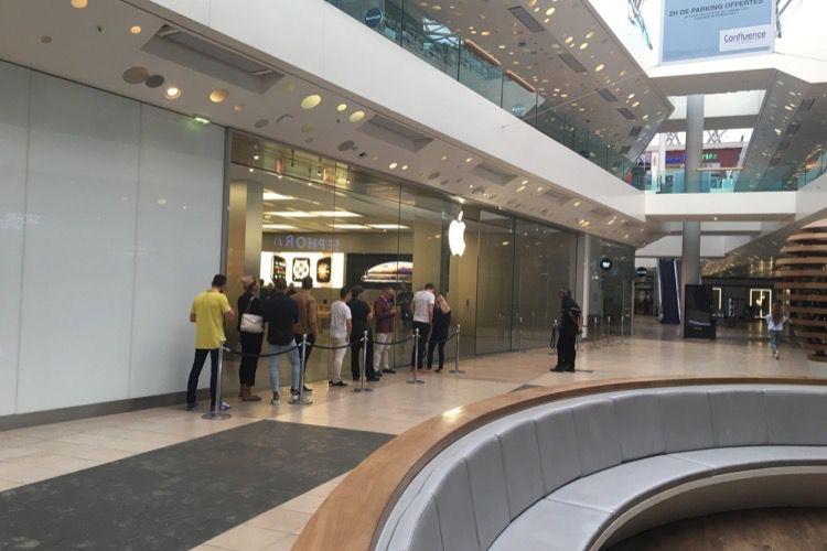 Peu de monde devant les AppleStore pour les iPhoneXS et la Series 4