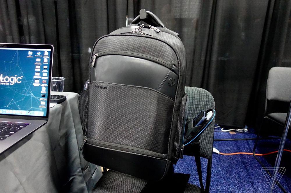Targus : un sac à dos avec chargeur sans fil et un dock USB