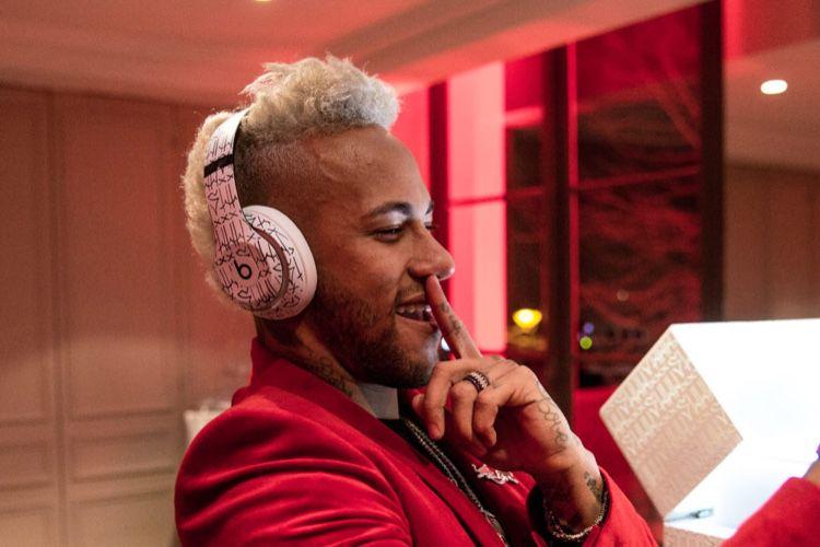 À défaut d'un nouveau métatarse, Neymar a son casque Beats