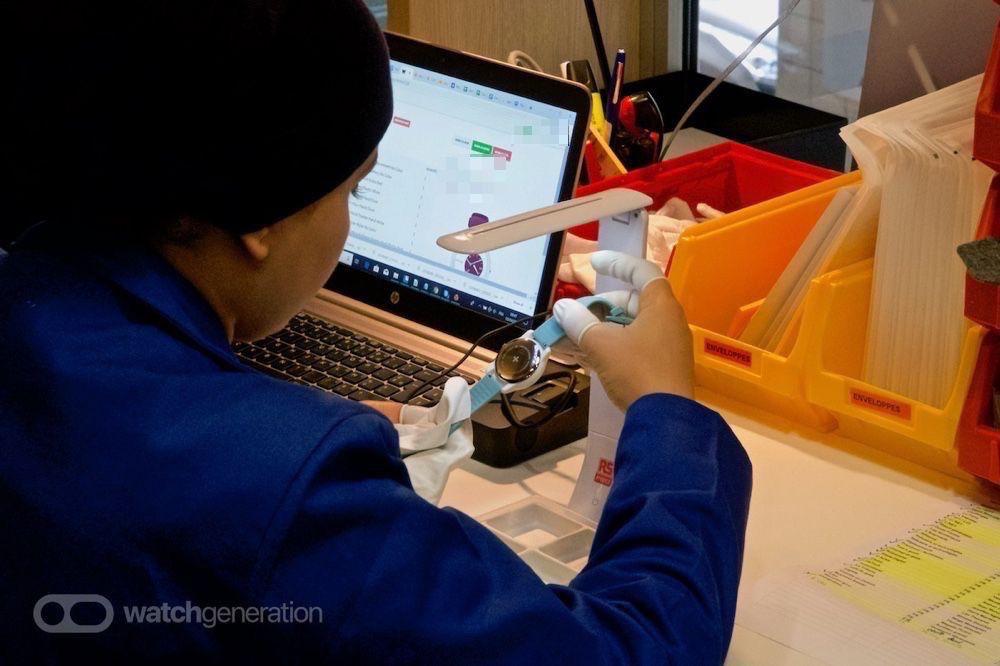 Si elle passe tous les tests, la montre reçoit son bracelet et une dernière inspection.