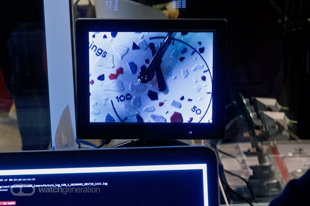 La vérification du bon fonctionnement mécanique et électronique. Cette image fortement agrandie montre bien l'épaisseur de la finition «Terrazzo».
