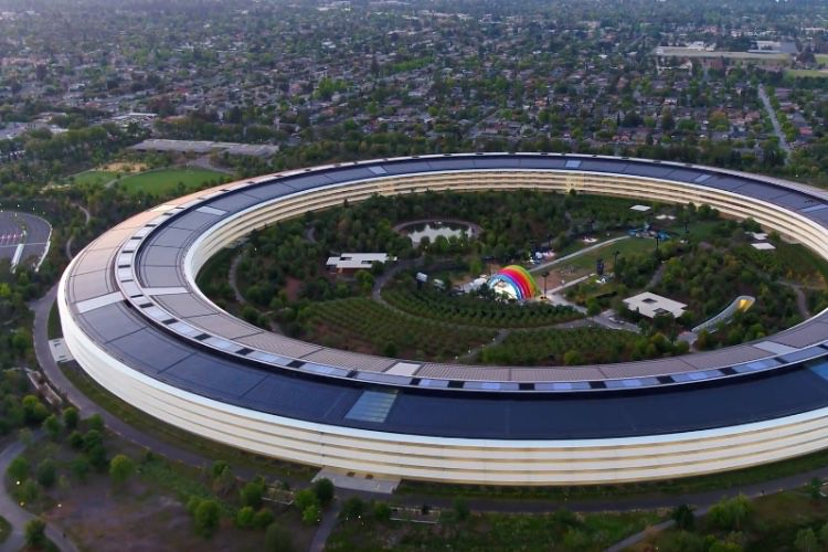 video en galerie : Une scène arc-en-ciel au cœur de l'Apple Park