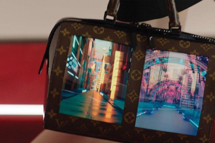 Le sac à écran souple de Louis Vuitton se défile
