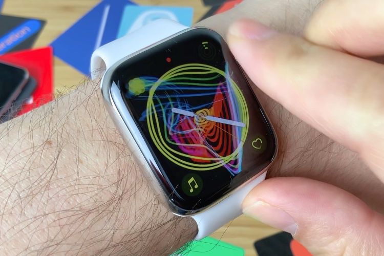 video en galerie : La couronne digitale fait danser les cadrans Fierté de l'Apple Watch