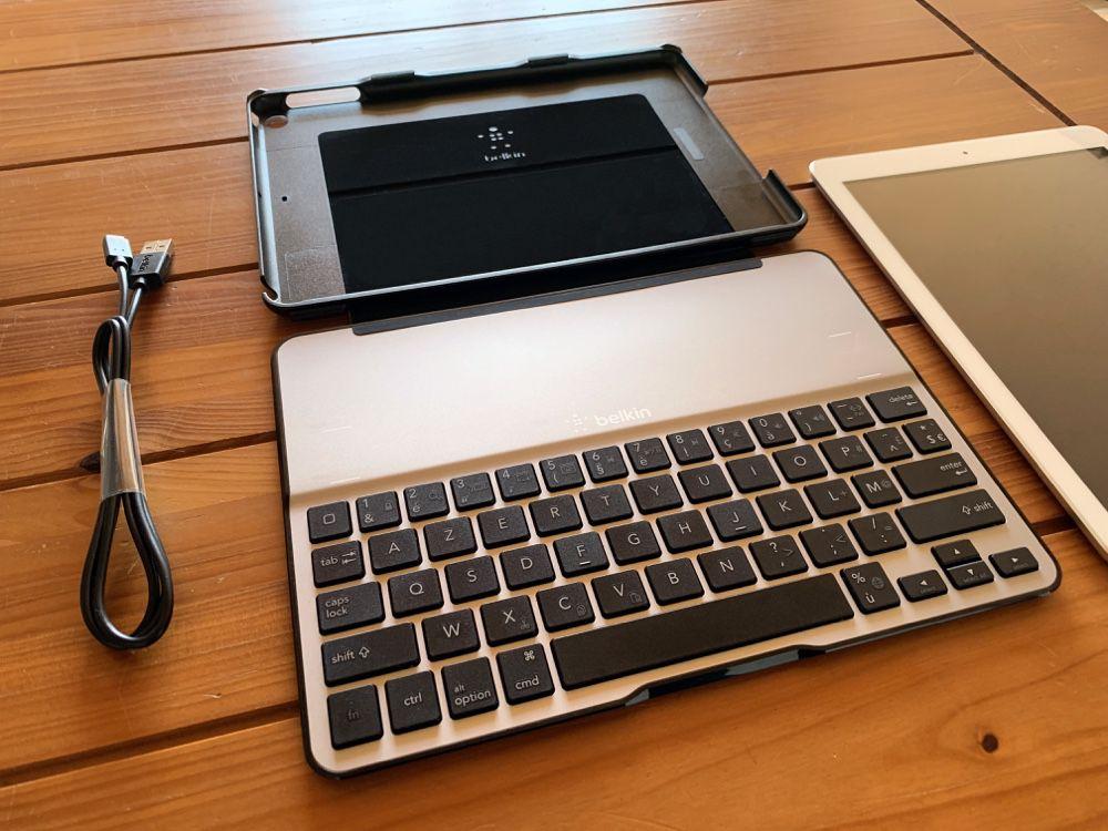 L'étui-clavier Belkin Qode Ultimate Lite (F5L904) pour iPad et son câble de recharge.