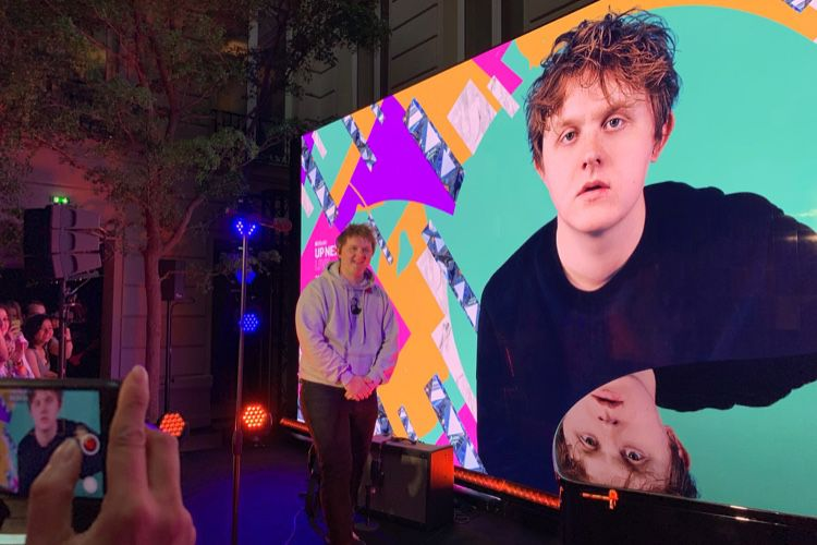 video en galerie : Up Live Next : Lewis Capaldi a poussé la chansonnette à l'Apple Store Champs Élysées
