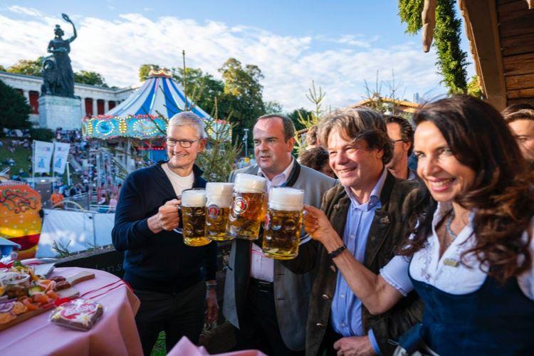 image en galerie : Tim Cook à l'Oktoberfest avant d'aller tourner les platines