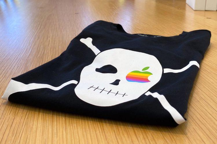 image en galerie : Le drapeau pirate de Steve Jobs flotte sur les t-shirts officiels d'Apple