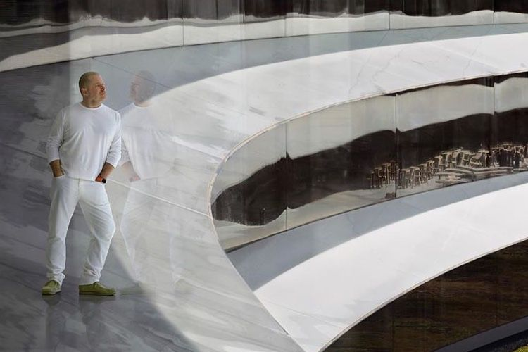 image en galerie : Jony Ive absorbé par l'immensité de l'Apple Park