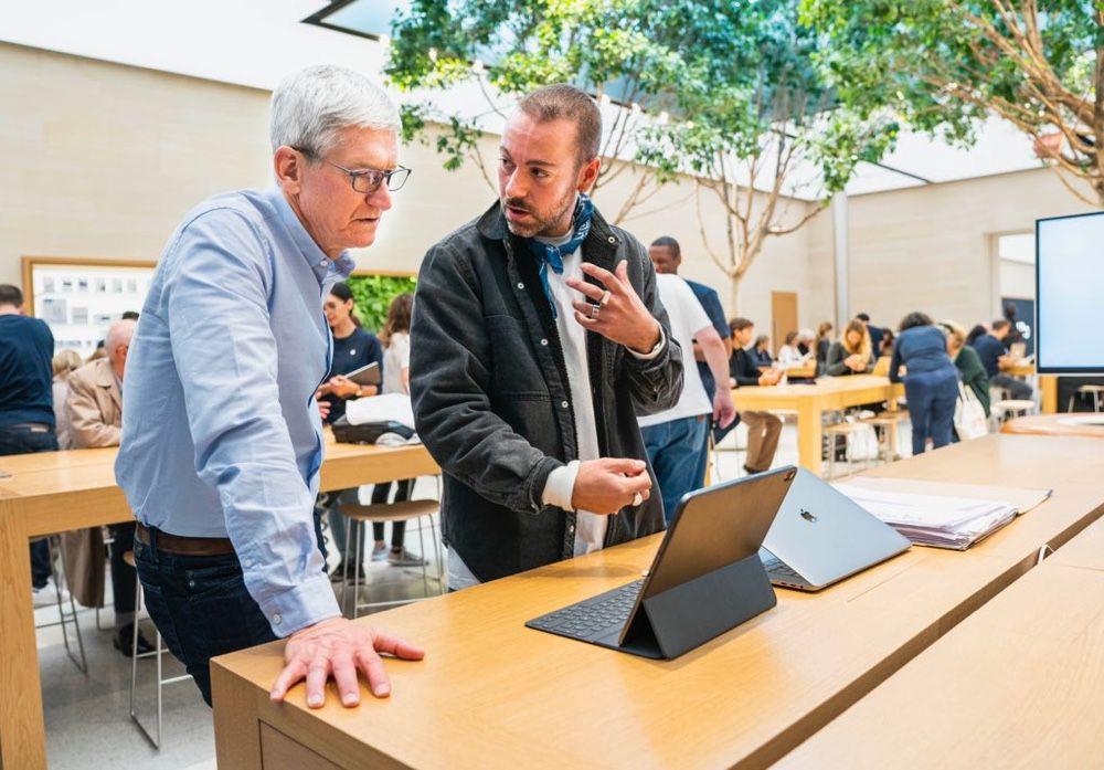 Tim Cook absorbé devant un iPad à Paris