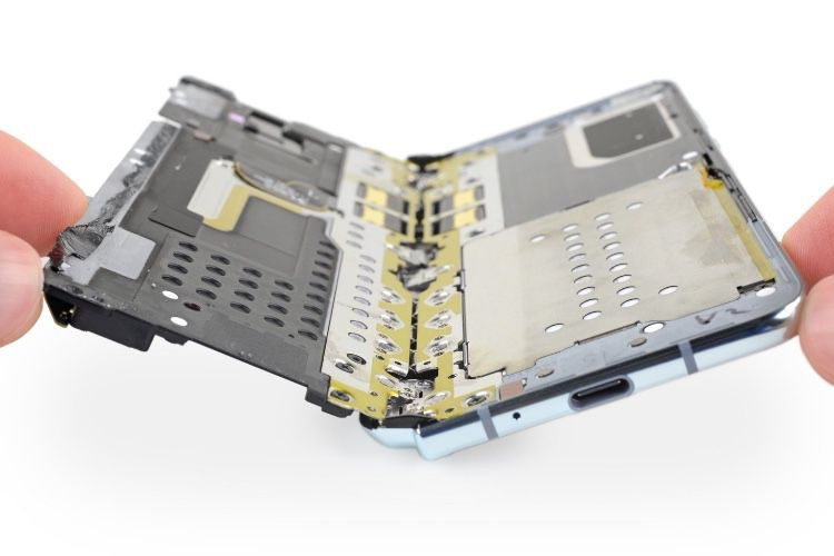 iFixit confirme que le Galaxy Fold est mieux protégé contre les débris