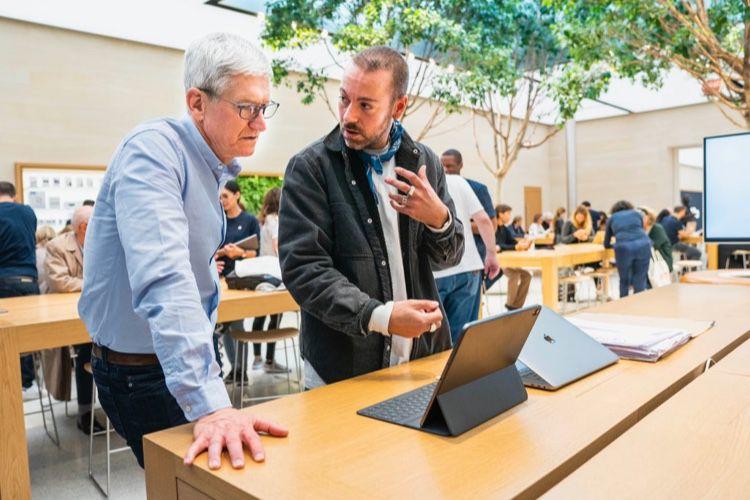image en galerie : Tim Cook absorbé devant un iPad à Paris