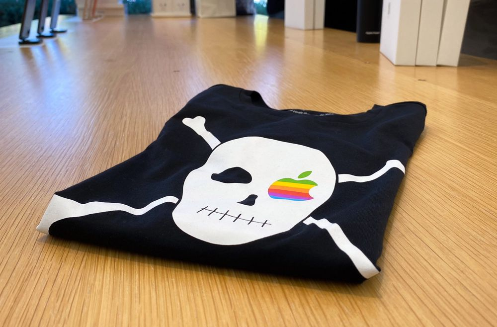 Le drapeau pirate de Steve Jobs flotte sur les t-shirts officiels d