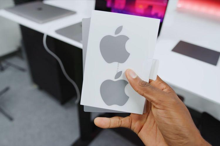 image en galerie : Le MacBookPro16 est fourni avec un autocollant Apple gris🆕