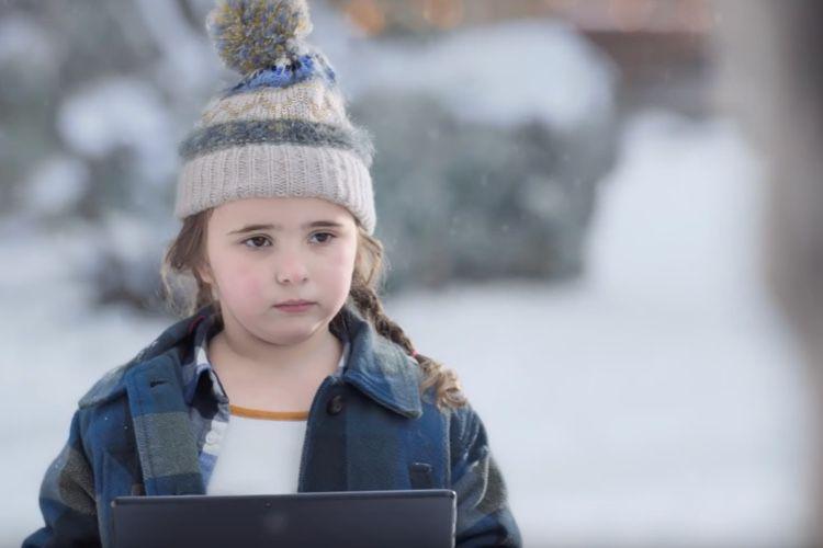 video en galerie : Pub de Noël Microsoft : Lucy et les rennes