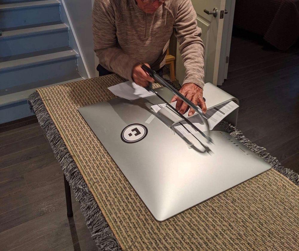 OKLM, il scie le pied de son iMac