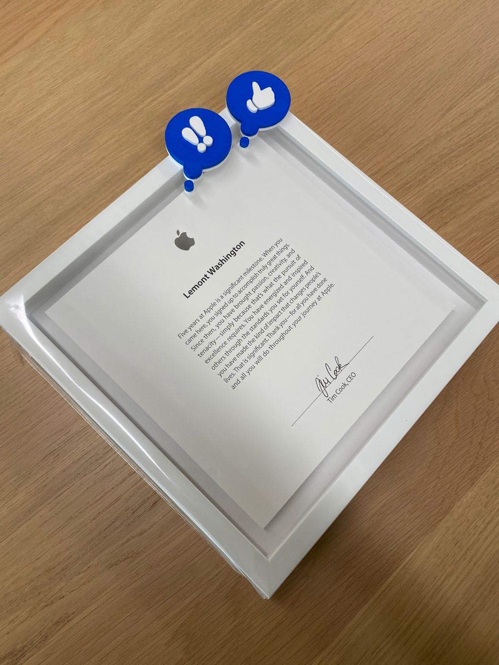 Une plaque signée Tim Cook pour cinq ans de travail chez Apple