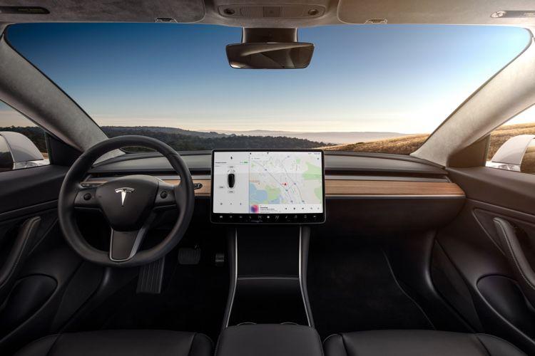 Les constructeurs historiques à des années de la voiture informatisée de Tesla