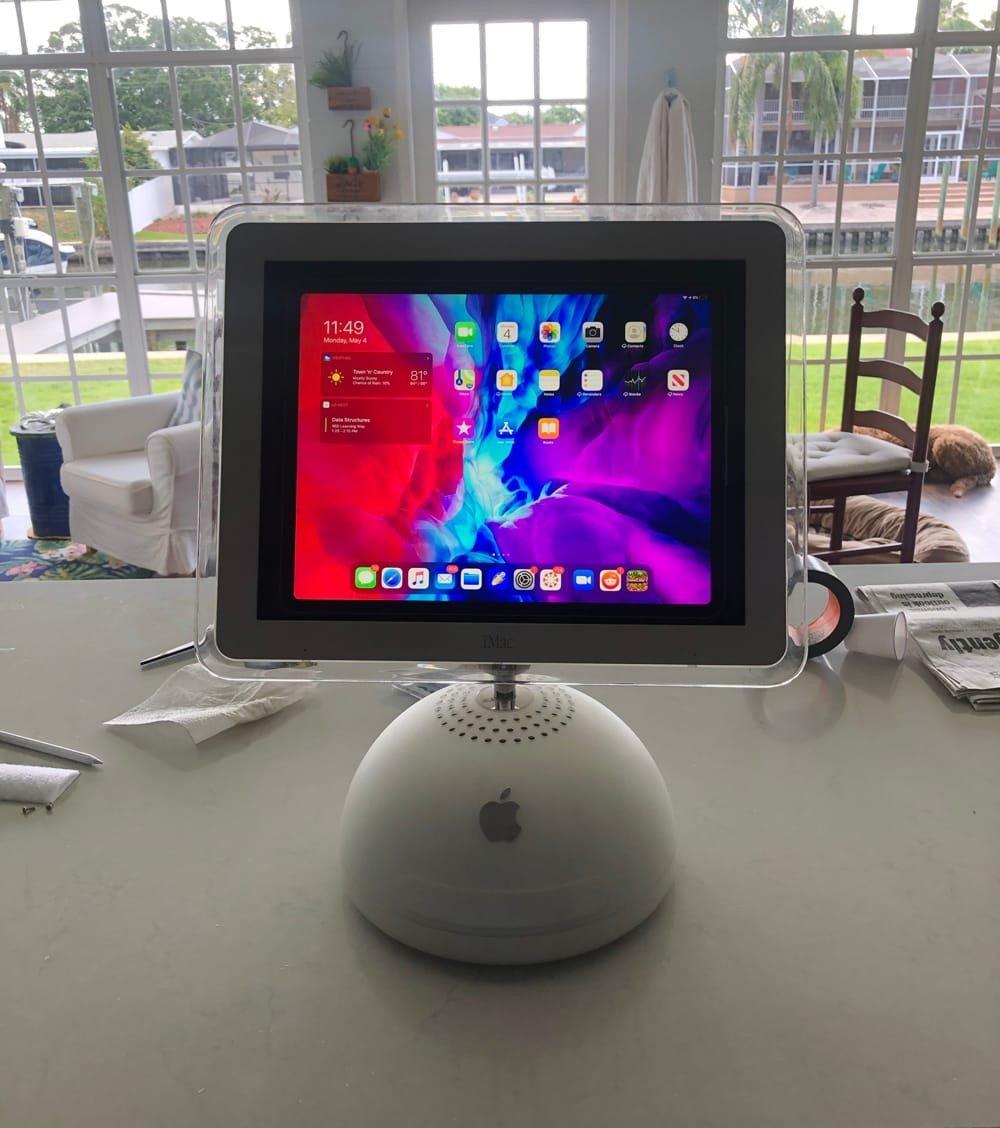 L'iMac G4 fait un excellent support pour l'iPadPro