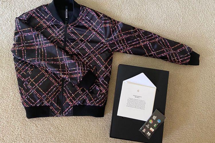 image en galerie : Veste et pin's, les gagnants du WWDC20 Swift Student Challenge ont reçu leurs cadeaux