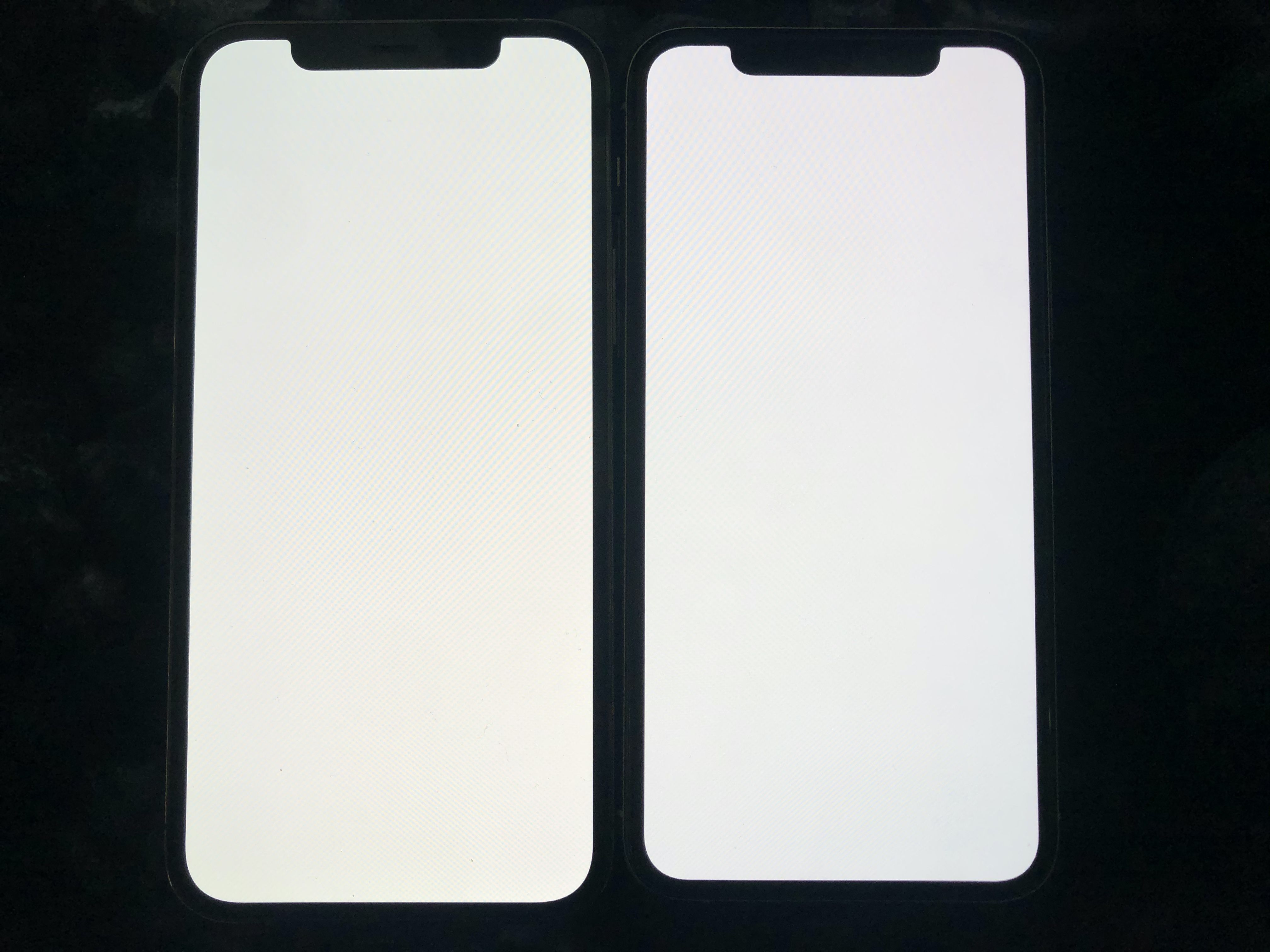 Avec True Tone désactivé iPhone 12 Pro à gauche iPhone 11 Pro à droite. @Reddit
