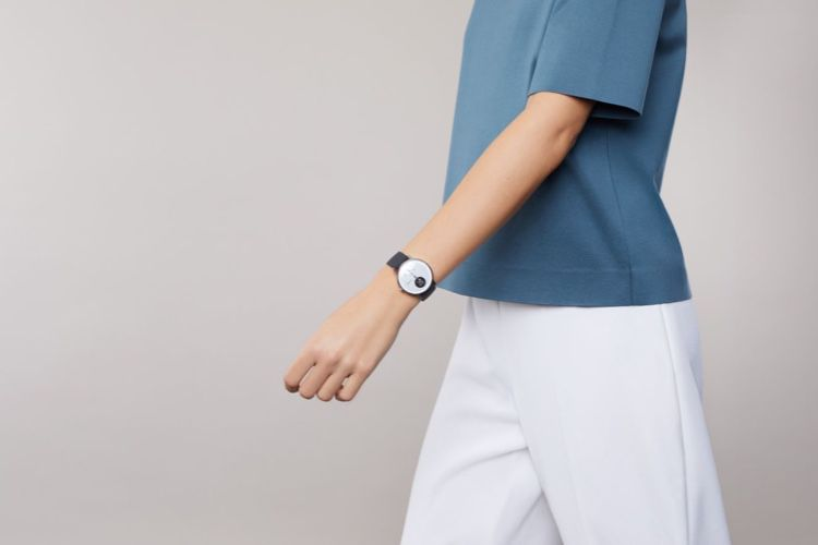 image en galerie : Idée cadeau 🎁 : Steel HR, une montre connectée hybride et discrète 📣