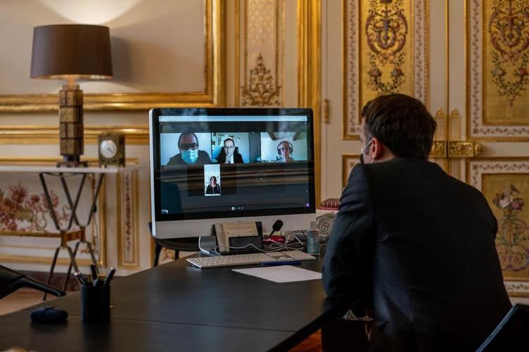 image en galerie : Un iMac pas tout récent sur le bureau d'Emmanuel Macron