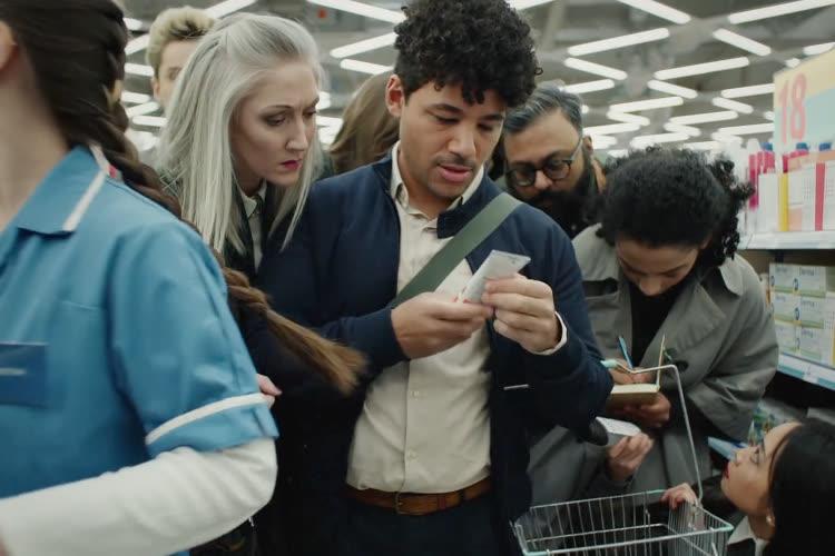 video en galerie : «Tracked» : dans une pub amusante, Apple illustre le suivi publicitaire