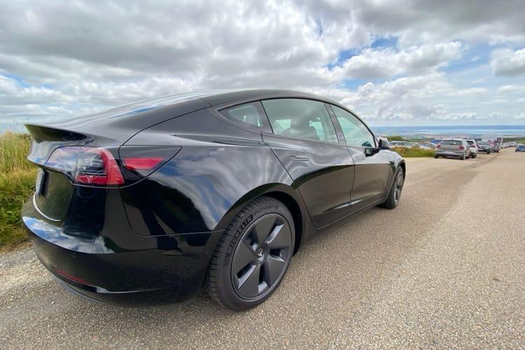 Tesla fait des bénéfices uniquement grâce à la vente de ses voitures
