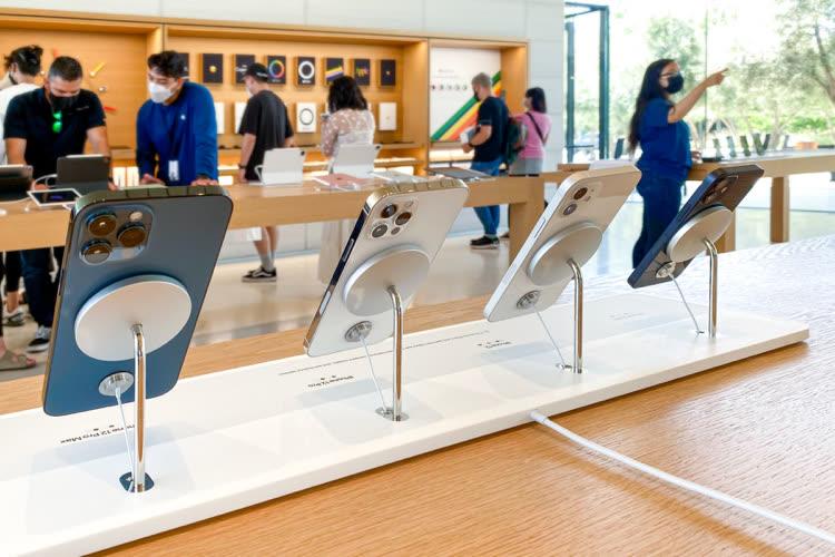 Les AppleStore présentent l'iPhone 12 en suspension avec un socle MagSafe spécial