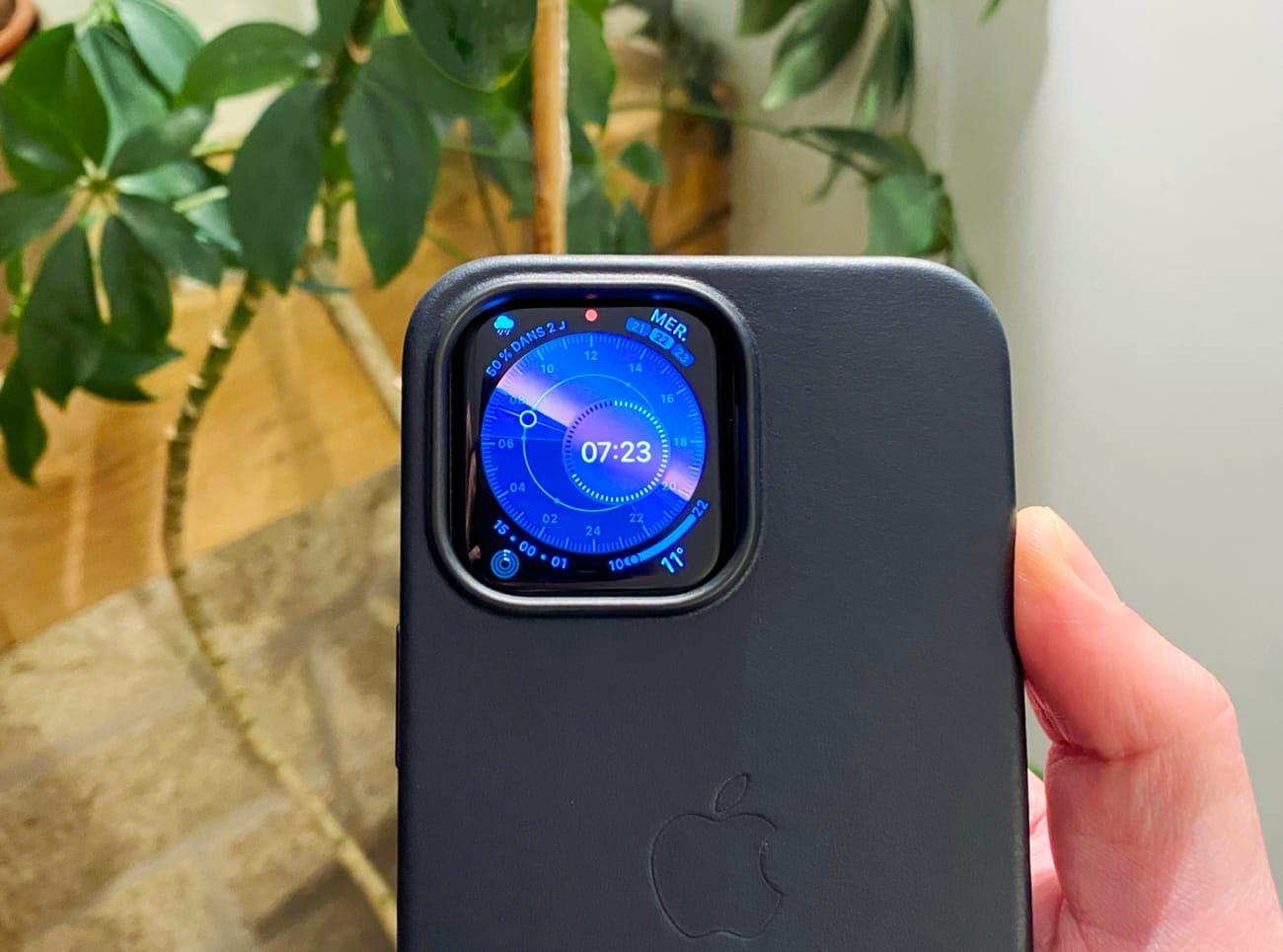Une AppleWatch est confortable dans la découpe des coques d'iPhone13Pro
